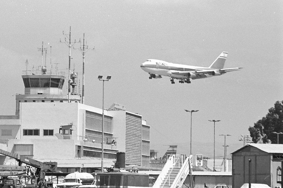 """המטוס מתקרב לנחיתה בנתב""""ג (צילום: דוד רובינגר)"""