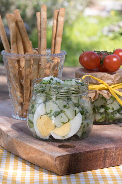 סלט תפוחי אדמה עם בצל ירוק ופטרוזיליה (צילום: שי נייבורג, סגנון: אורלי חרמש)