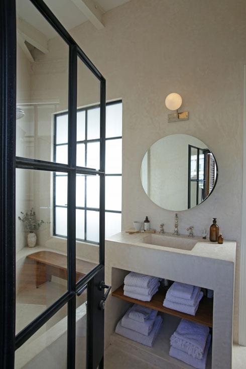 חדר הרחצה הזוויתי, עם אמבטיה ביציקה מיוחדת (צילום: Suzie Cohen Levinson)