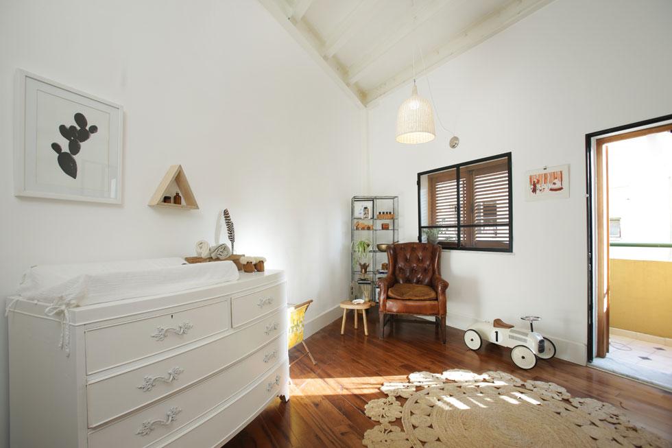 מכיוון שחזיתות הבניין אינן מקבילות, הדירה מתכנסת לזווית צרה, מה שבולט במיוחד בחדרו של הבן הפעוט (צילום: Suzie Cohen Levinson)