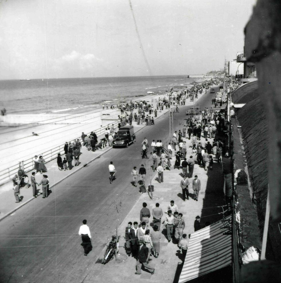 חופי תל אביב, 1958 (צילום: וילי פולנדר)