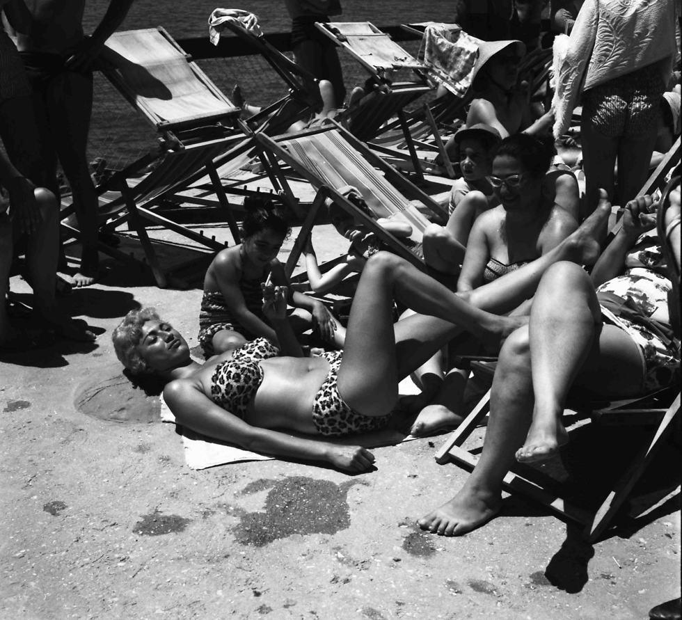 משתזפות על החוף, 1959 (צילום: וילי פולנדר)