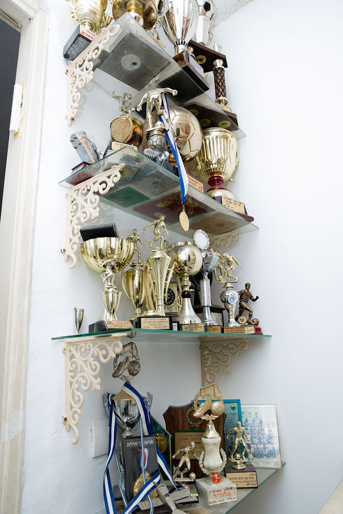 אוסף הגביעים של מלך השערים מוצנע בפינה נסתרת, במעלה המדרגות המובילות אל סוויטת השינה הפרטית של ההורים (צילום: ענבל מרמרי)