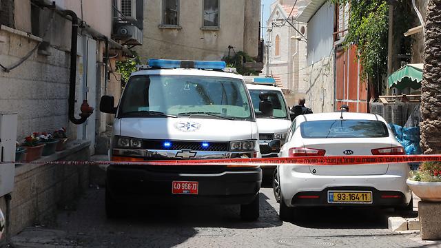 ניידות משטרה ליד הבית שבו נמצאה גופתה של קרא (צילום: דנה קופל) (צילום: דנה קופל)