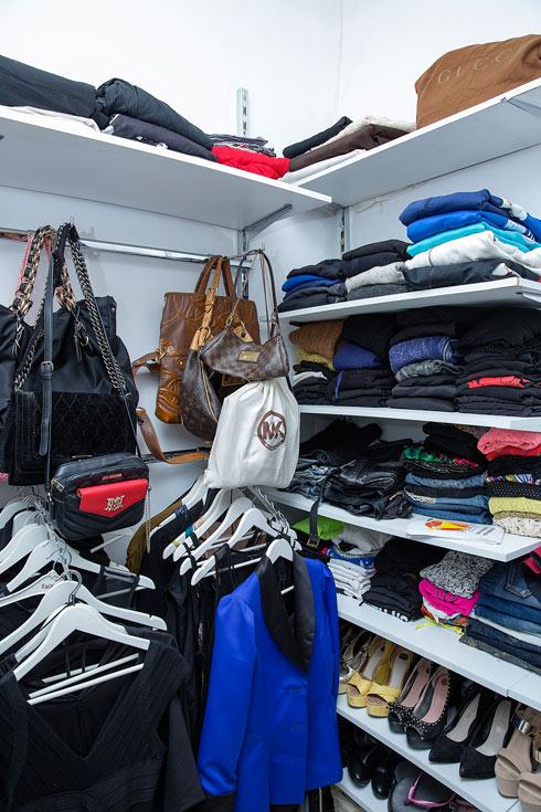 """""""יש לי מחלת נעליים, עם למעלה ממאה זוגות ורובם ממותגים. מאוד חשוב לי לקנות נעליים ותיקים איכותיים של מותגי יוקרה. אני יכולה לקנות חולצה בשוק בעשרה שקלים, אבל נעליים אני אוהבת של מותגים - לואי ויטון, דיור, כאלה"""" (צילום: ענבל מרמרי)"""