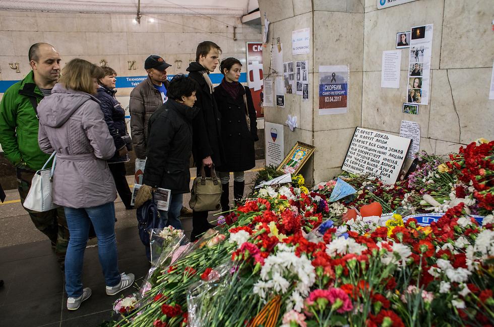 הטרור מאיים. פינת הנצחה לזכר הנרצחים בפיגוע במטרו בסנט פטרסבורג (צילום: Getty Images)