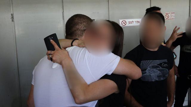 הורים מתחבקים לאחר מתן גזר הדין (צילום: מוטי קמחי) (צילום: מוטי קמחי)