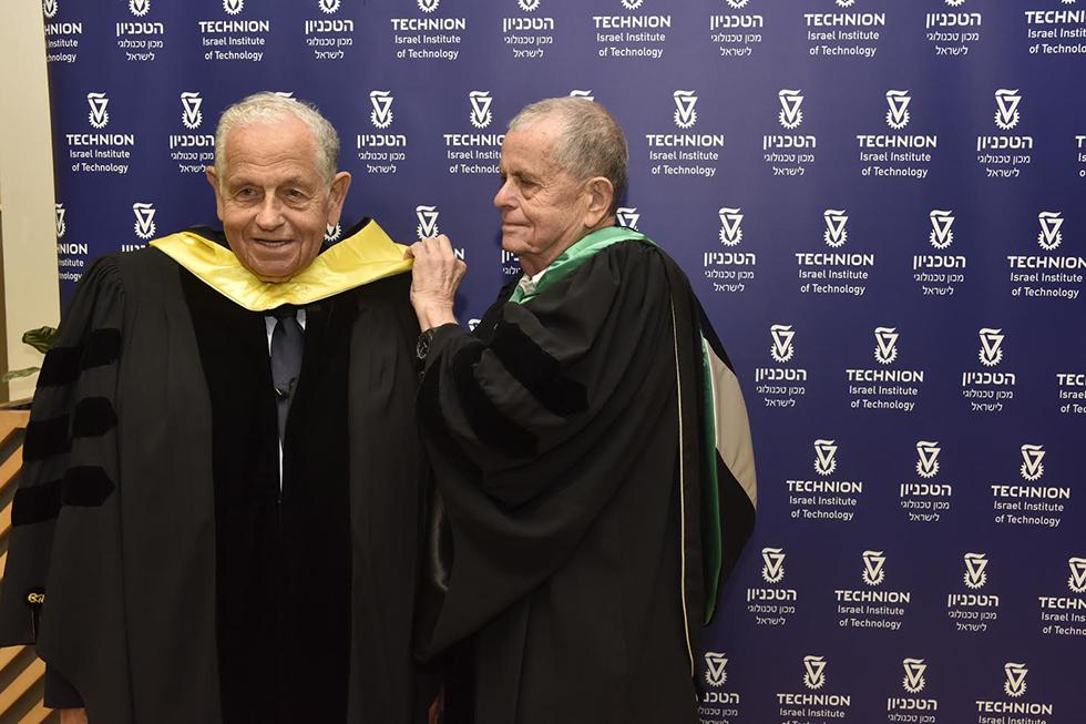 אהרן צ'חנובר (מימין) מסייע לאחיו ללבוש את הגלימה לקראת הטקס (צילום : דוברות הטכניון)