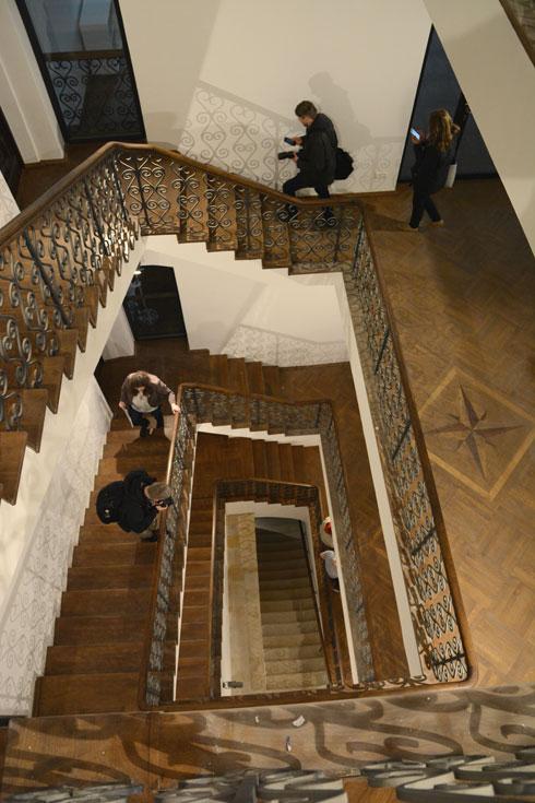 גרמי המדרגות ששומרו, הפתחים המקומרים במעבר בין הקומות והחדרים הופכים גם את המבנה למוצג משמעותי (צילום: Łukasz Kopeć Warsaw Tourist Office)