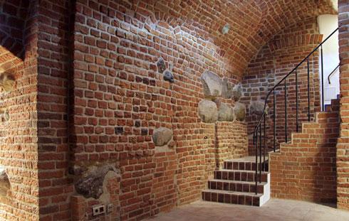במרתפים נשמרו קירות הלבנים האדומות. באחד מהם יוקם מרתף יינות. מותג יין שייצור במיוחד למוזיאון יימכר בחנות (צילום: Krzysztof Skarbek Museum of Warsaw)