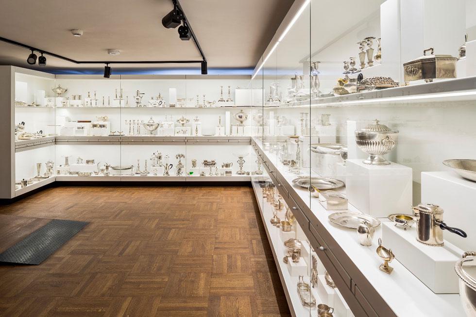 אוסף כלי הכסף הוא אחד מהתצוגות המרשימות במוזיאון. רבים מהם נוצרו על ידי יהודים. סיפורם של הכלים ושל יוצריהם ובעליהם מוצג במגירות שבין חלונות התצוגה (צילום: Museum of Warsaw)