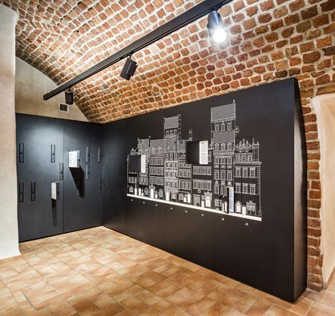 בכל חדר נבחר להבלטה פריט אחד שמוצג על רקע שחור. כך יכולים המבקרים חסרי הסבלנות לקצר את הביקור (צילום: Marcin Czechowicz)