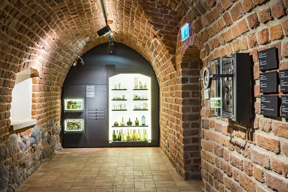 כל חדר במוזיאון נראה שונה ובעל אופי מקורי. החומרים הטבעיים של המבנים נחשפו. המעברים הקשתיים בין החדרים וגרמי המדרגות המקוריים מעניקים למבקר תחושה של ביקור בית אינטימי (צילום: Marcin Czechowicz)