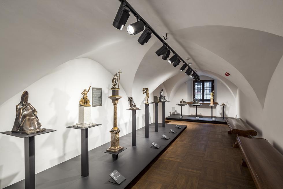 חדרי המוזיאון שמרו על אופיים המקורי ולא כוסו, כמקובל במוזיאונים, בלוחות גבס. תאורה מתאימה מדגישה את אופיים (צילום: Marcin Czechowicz)