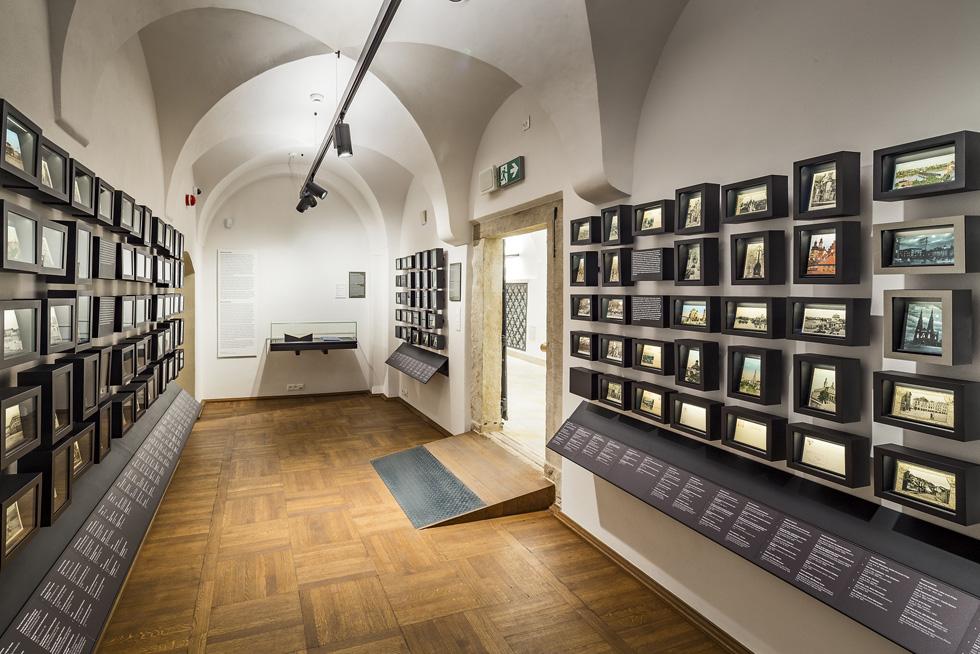 המוזיאון עוסק ב-21 נושאים כשלכל אחד מהם הקוצו חדר או שניים. בין השאר מוצגים בחדרים צילומים, גלויות, פסלים, מפות וחפצים שונים שנאספו במשך השנים מתושבי העיר (צילום: Marcin Czechowicz)
