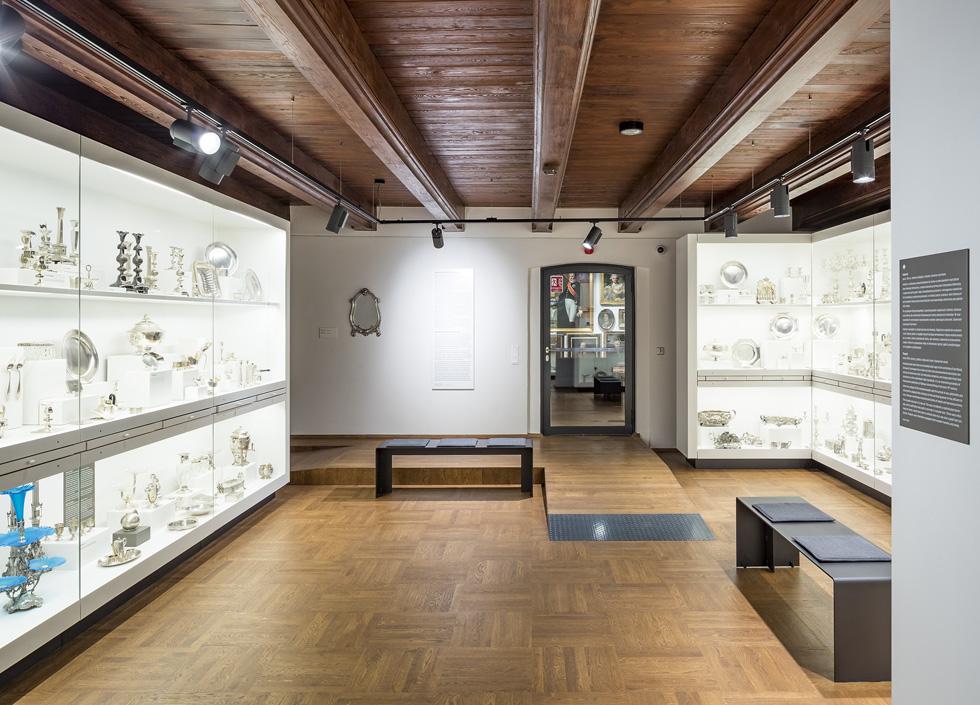 """המוזיאון אינו עוסק כלל באנטישמיות ובשואה. לעיניים ישראליות זה צורם. """"התצוגה שלנו"""", אומר סגן מנהל המוזיאון, """"מתמקדת באובייקטים מקוריים עם הסיפורים שלהם, של יוצריהם ושל בעליהם. בין הסיפורים הללו ישנם כמובן כאלה הקשורים ליהודים ולשואה"""" (צילום: Marcin Czechowicz)"""