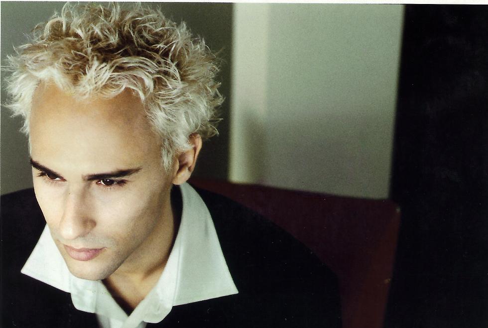 אסף אמדורסקי בתמונה שמאחורי עטיפת האלבום (צילום: שרון דרעי) (צילום: שרון דרעי)