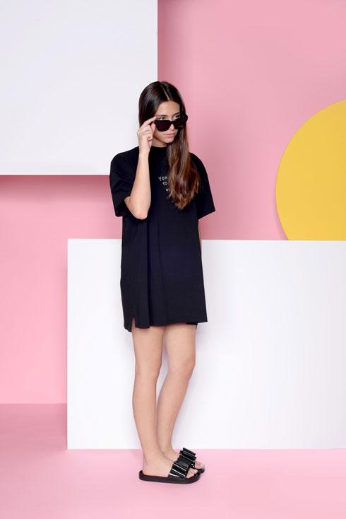 כפכפים שחורים עם רצועה מקופלת בצורת פפיון, 319 שקל, מליסה בחנויות סטורי. לחצו על התמונה לחנות המקוונת (צילום: דנה וקסלר)