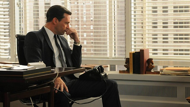 """חשוף במיוחד ללחץ. איש העסקים של שנות החמישים (צילום: מתוך הסדרה """"מד מן"""")"""