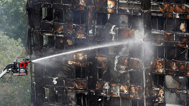 מכבים את האש במגדל גרנפל (צילום: רויטרס) (צילום: רויטרס)