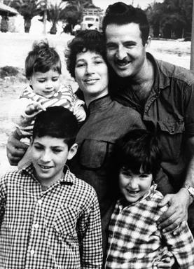"""ניר כילד (משמאל) עם משפחתו. קיבל את הצל""""ש בשם אביו מהרמטכ""""ל רבין"""