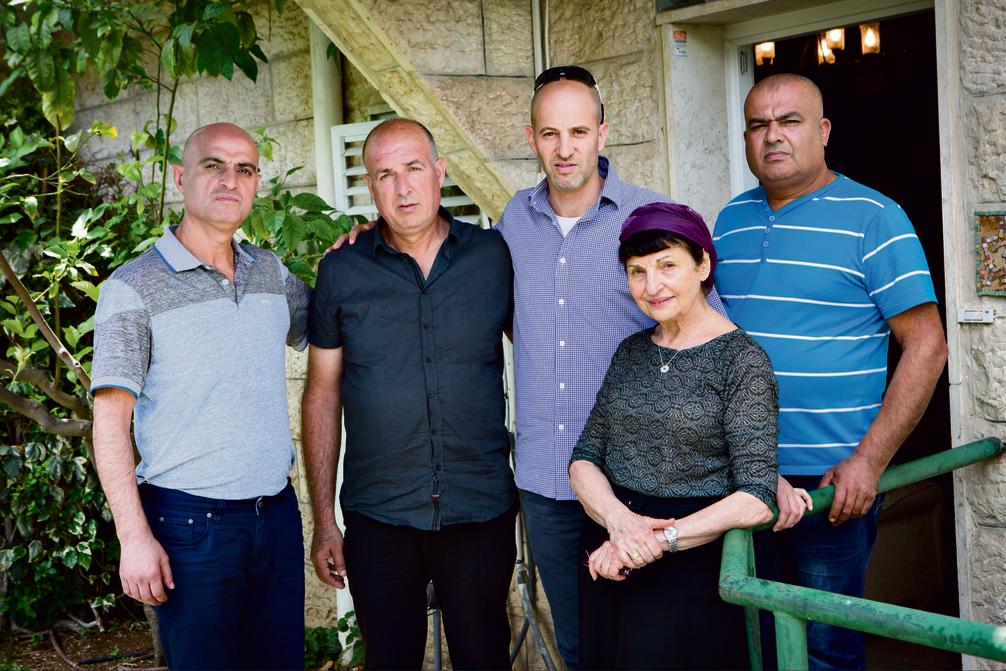 """המפגש בבית משפחת נבנצל. מימין: סמיר, לאה, אסף, עלי ופתחי. """"השיחות איתכם נתנו לנו כוח בכלא"""""""