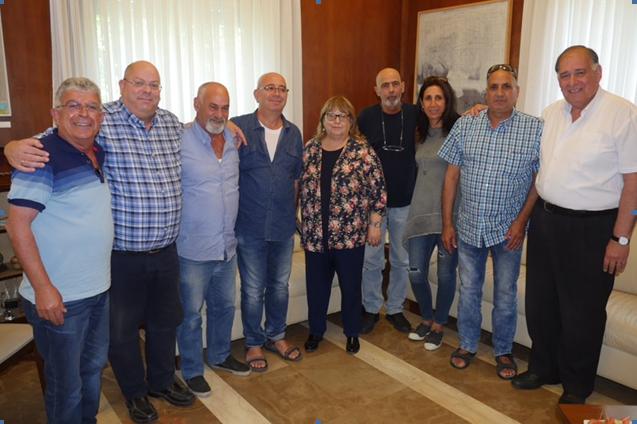 מחויכים. כל החתומים על המכתב בפגישתם היום (צילום: עיריית חיפה)
