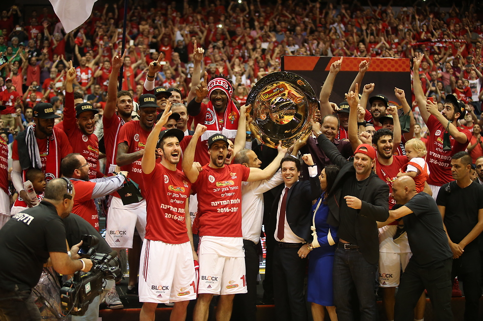 """""""הגיע לנו לזכות, בזכות האופי של הקבוצה"""". רגע ההנפה (צילום: אורן אהרוני)"""