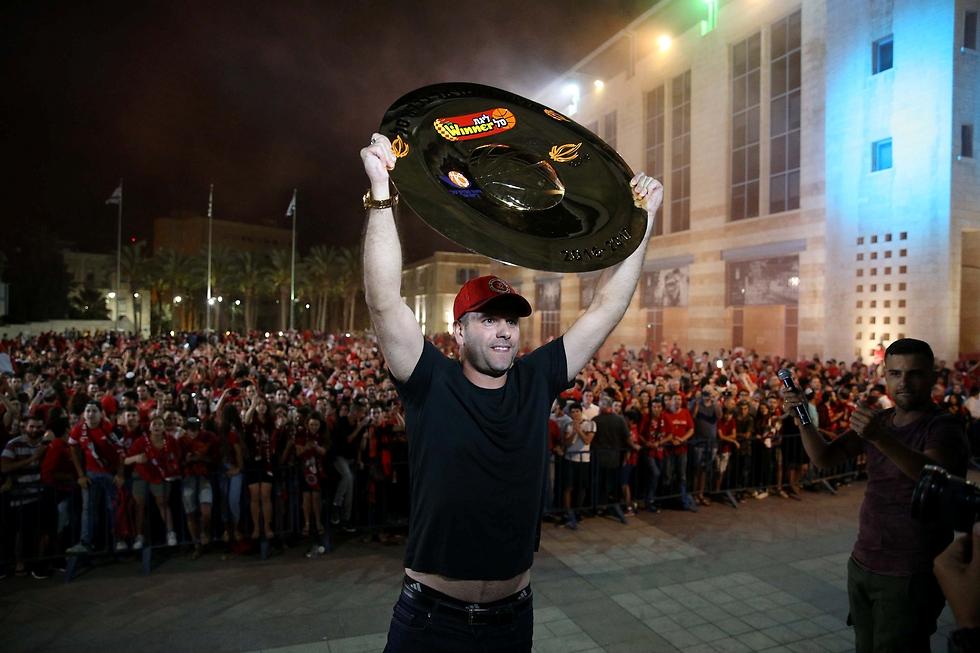 אורי אלון מניף את הצלחת בכיכר ספרא (צילום: עמית שאבי)