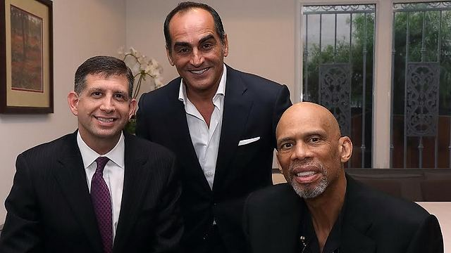 Grundwerg (L) with famed basketball player Kareem Abdul Jabbar (R) at a Hollywood event (Photo: Michal Mivtzari) (Photo: Michal Mivtzari)