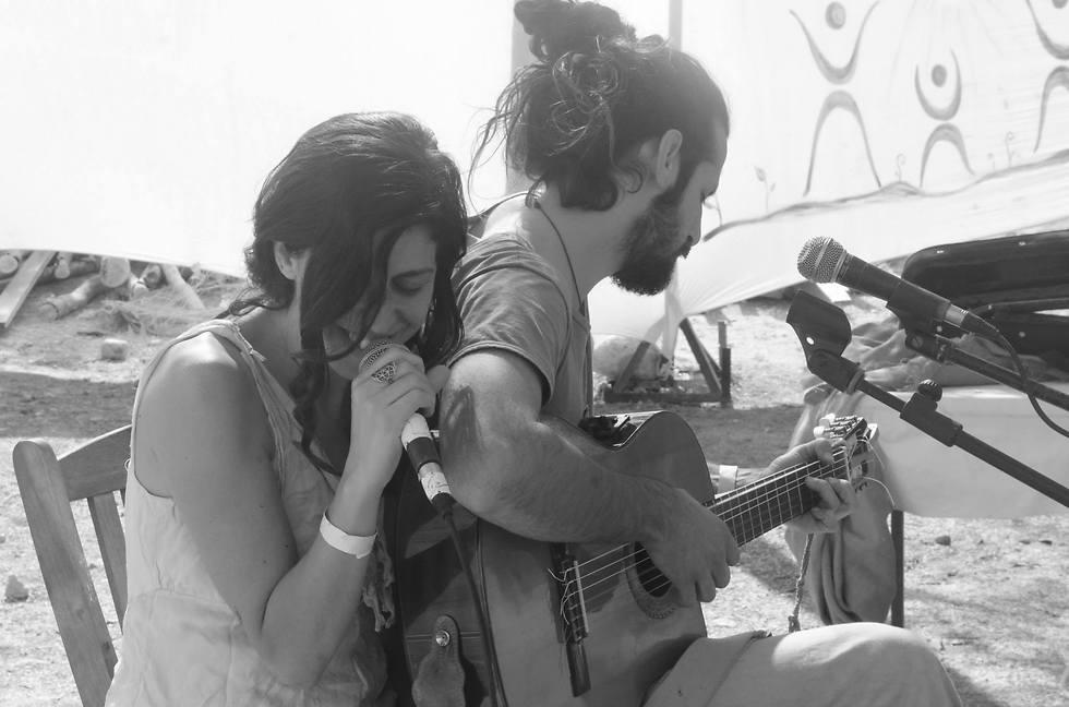 """""""בתוך הריחוק הזה נפגשנו כדי לנגן עם הלהקה"""" (צילום: אוסף משפחתי)"""