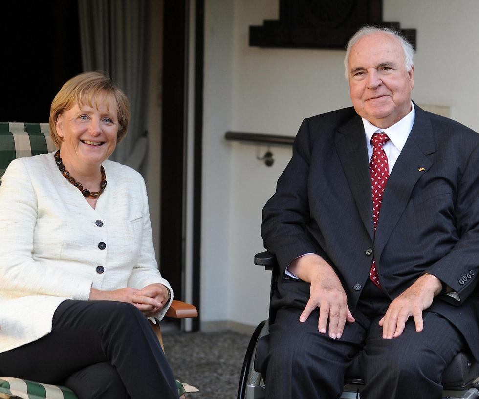 קוהל וקנצלרית גרמניה אנגלה מרקל בשנת 2009 (צילום: EPA) (צילום: EPA)