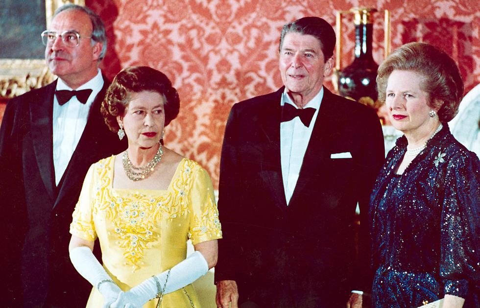 """קוהל, ראש ממשלת בריטניה תאצ'ר, מלכת אנגליה אליזבת השנייה ונשיא ארה""""ב רייגן בשנת 1984 (צילום: AP) (צילום: AP)"""