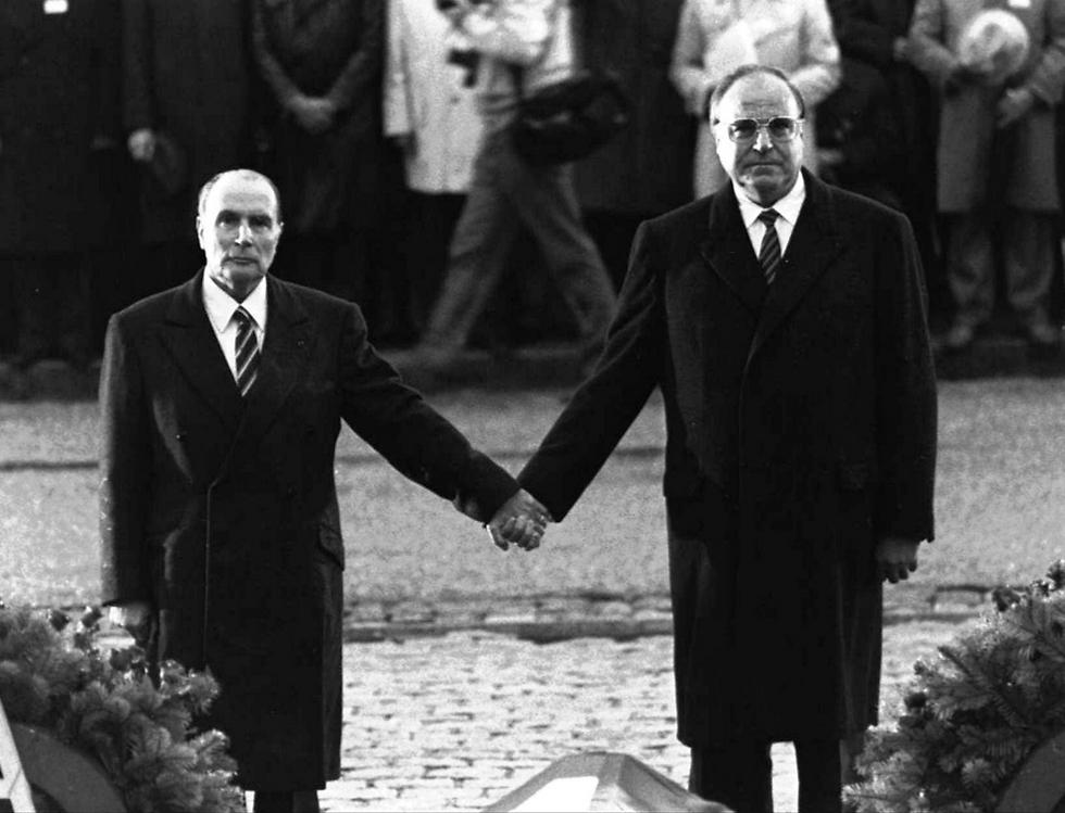 קוהל ונשיא צרפת פרנסואה מיטראן (צילום: AP) (צילום: AP)