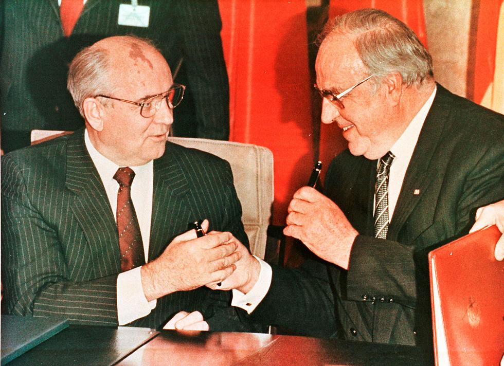 קוהל ומנהיג ברית המועצות גורבצ'וב (צילום: רויטרס) (צילום: רויטרס)