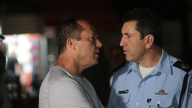 Jerusalem District Police Commander Yoram Halevy and Jerusalem Mayor Nir Barkat at the scene (Photo: Alex Kolomoisky)
