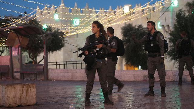 """לוחמת מג""""ב אחרי הפיגוע בזירה (צילום: אלכס קולומויסקי) (צילום: אלכס קולומויסקי)"""