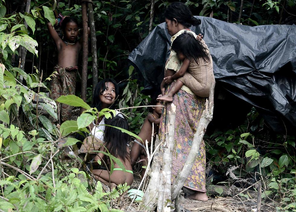 """בני """"אורנג רימבה"""". החליפו את בגדיהם המסורתיים בלבוש מלא (צילום: AFP) (צילום: AFP)"""