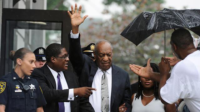 ביל קוסבי בדרך למשפט (צילום: רויטרס) (צילום: רויטרס)