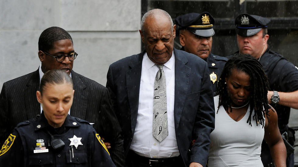 קוסבי יוצא מבית המשפט לאחר הפסילה (צילום: רויטרס)