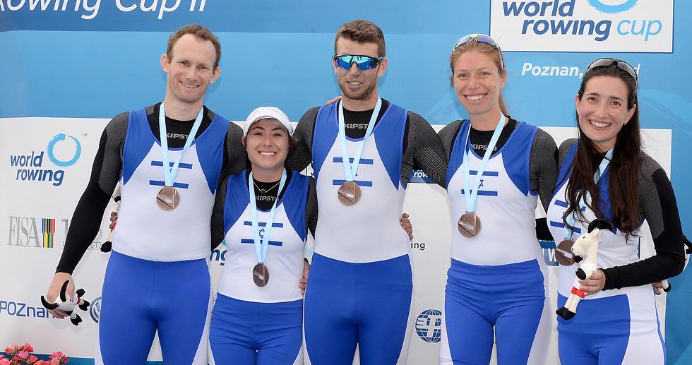 נבחרת ישראל, יחד עם אחיה קליין (במרכז) (צילום: DETLEV SEYB)