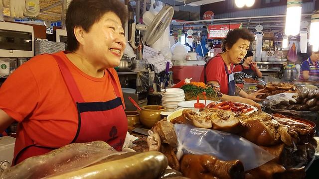 בשוק גוואנגג'אנג בסיאול  (צילום: אייל להמן)