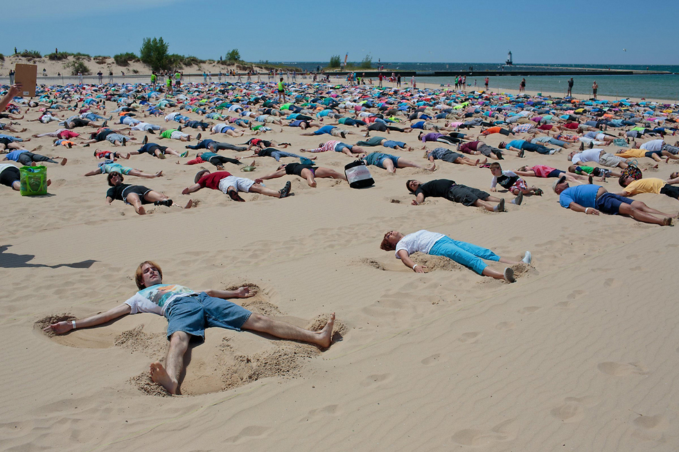 """מנסים לשבור שיא גינס ביצירת מלאכי חול. מישיגן, ארה""""ב (צילום: AP)"""