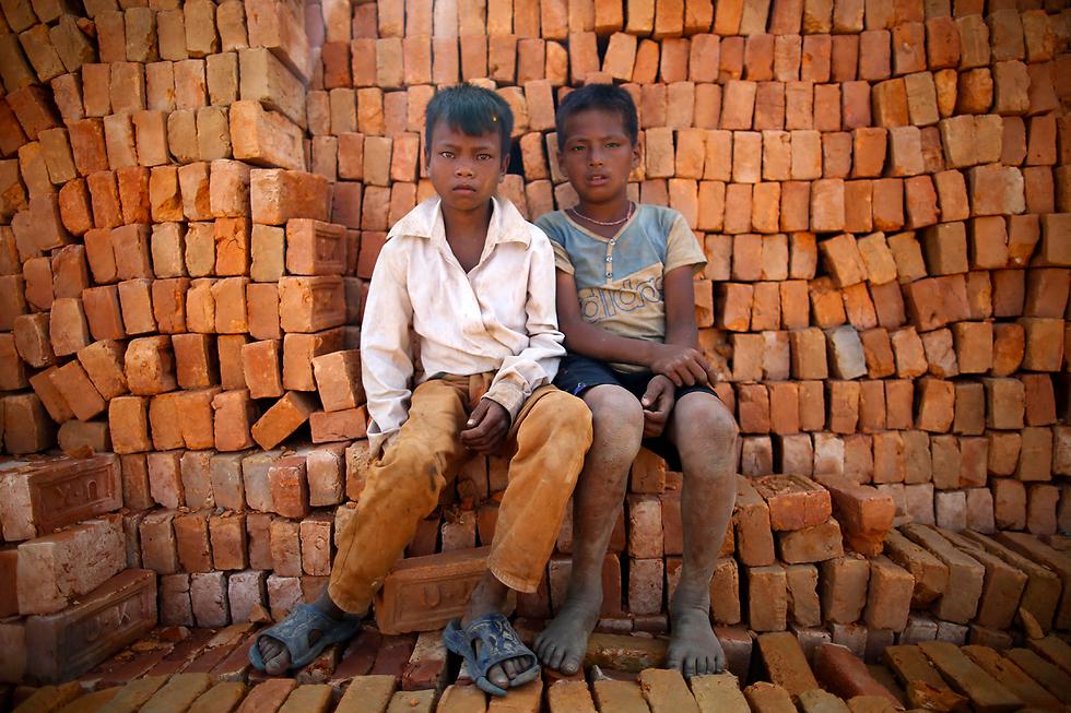 נערים נפאלים, עובדי מפעל לבנים בלליטפור (צילום: EPA)