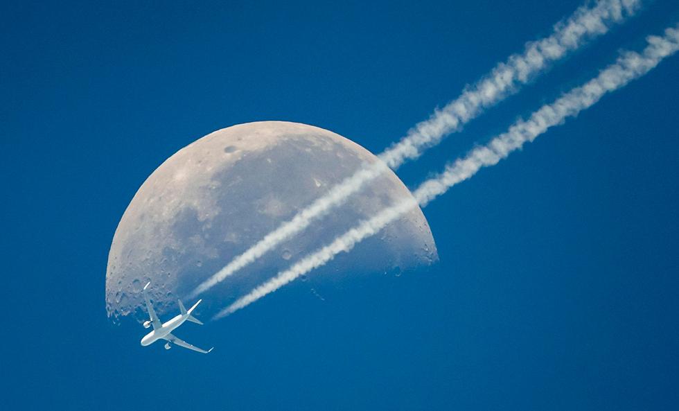 ירח גדול ברקע מטוס נוסעים בז'נבה, שווייץ (צילום: EPA)