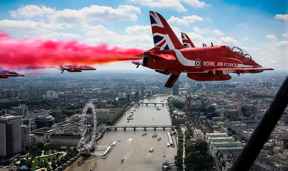 מטס של חיל האוויר המלכותי לכבוד יום הולדתה של מלכת בריטניה (צילום: AFP, CROWN COPYRIGHT 2017)