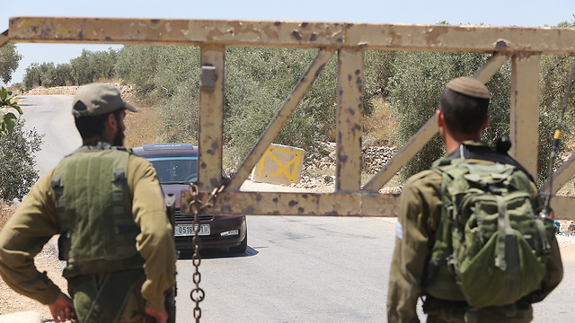 IDF soldiers enforcing closure on the village (Photo: Gil Yohanan)