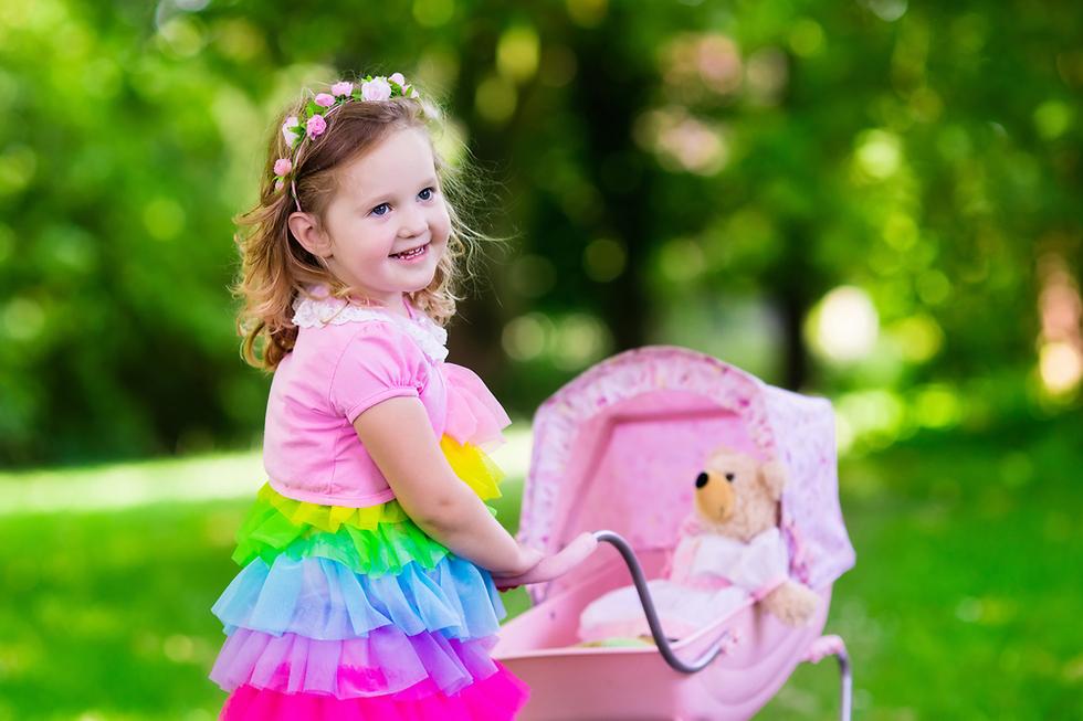 מלמדים את הבנות לטפל (צילום: Shutterstock)