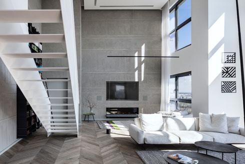 הטלוויזיה מותקנת על קיר של בטון מוחלק, שבו הוטמע הקמין. משמאל: מדרכים דקים משווים לגרם המדרגות מראה אוורירי (צילום: עמית גרון)