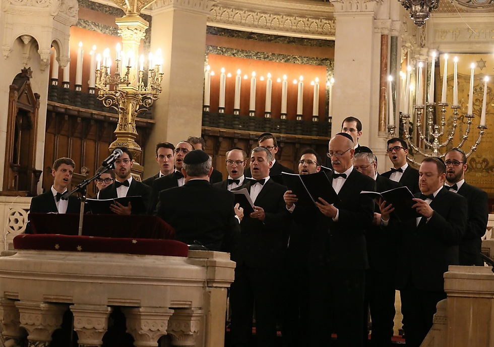 The choir performs at the Grand Synagogue in Paris (Photo: Aline Azaria)